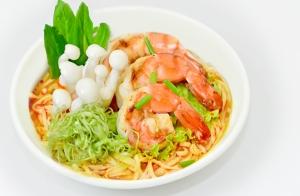 Thêm rau xanh và thịt cá để bổ sung dinh dưỡng cho tô mỳ.